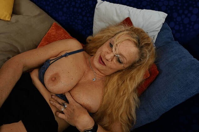 Inzest Pornobild zeigt Neffe beim Bumsen mit der reifen Tante