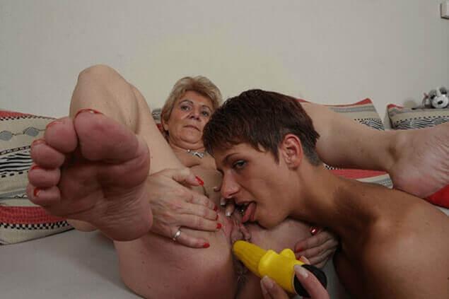 Oma Enkelin beim tabulosen Oralsex auf gratis Inzest Foto