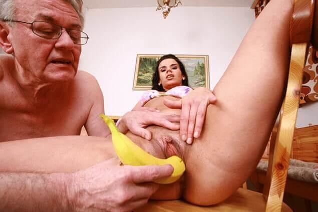 Perverser Opa fickt die enge Fotze seiner Enkelin mit einer gelben Banane
